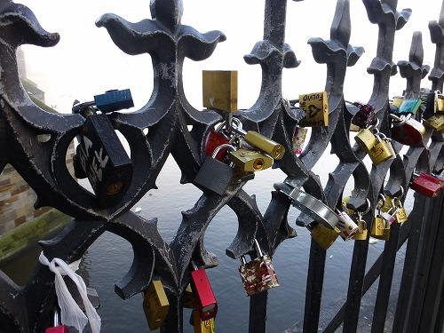 チェコ・プラハのカレル橋の愛の南京錠