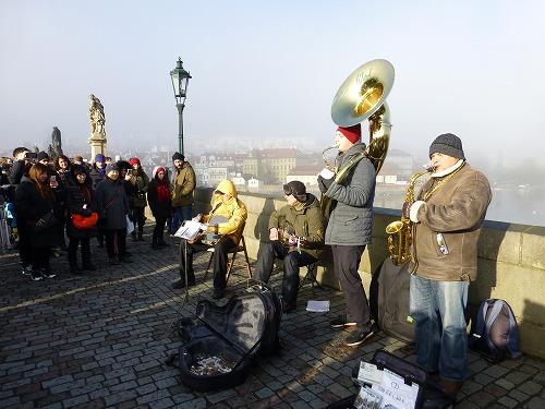 チェコ・プラハのカレル橋で行われるストリートパフォーマンス(楽器演奏)