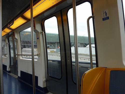 フランス・パリのシャルルドゴール空港のモノレール車内