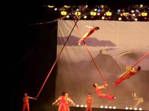 中国・上海にある雲峰劇院での中国雑技(爬竿)