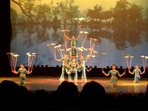 中国・上海にある雲峰劇院での中国雑技(轉花碟)
