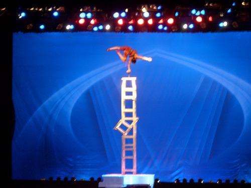 中国・上海にある雲峰劇院での中国雑技(板登)