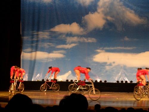 中国・上海にある雲峰劇院での中国雑技(女子車技)