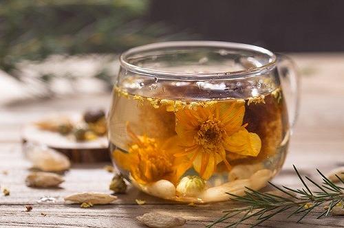湯を入れられて広がる花茶