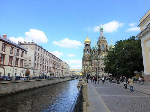 ロシア・サンクトペテルブルクの血の上の救世主教会と運河