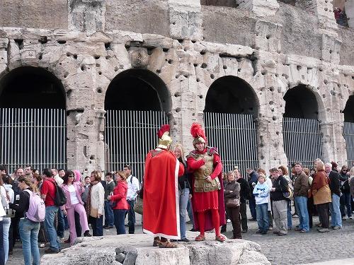 イタリア・ローマのコロッセオ近くにいる剣闘士
