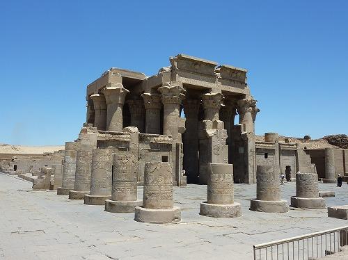 エジプトのコム・オンボ神殿の斜めからの外観