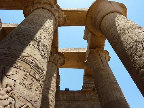 エジプトのコム・オンボ神殿の柱に書かれた壁画