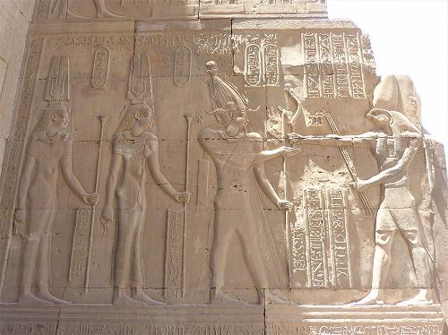 エジプトのコム・オンボ神殿の壁画