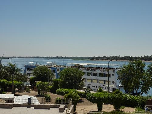 エジプトのコム・オンボ神殿近くのナイル川に停留するクルーズ船