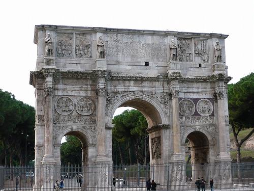 イタリア・ローマのコロッセオ近くにあるコンスタンティヌスの凱旋門