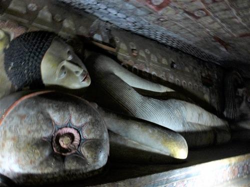 ダンブッラ石窟寺院内の涅槃仏