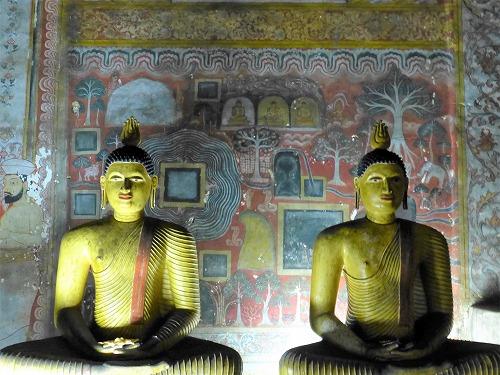 ダンブッラ石窟寺院内の座像