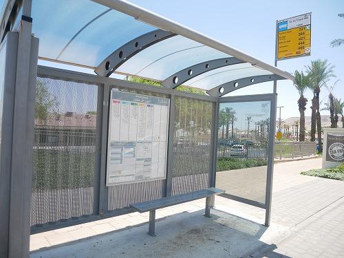 イスラエルの死海(エン・ボケック・ビーチ)近くのバス停
