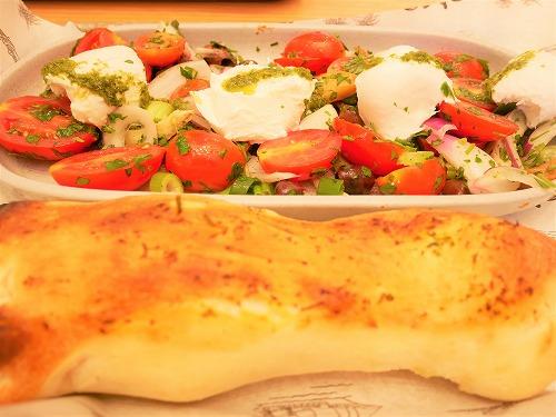イスラエルの死海(エン・ボケック・ビーチ)近くのDead Sea Mallで食べたモッツァレラチーズとパン