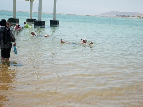 イスラエルの死海(エン・ボケック・ビーチ)で浮かぶ人々