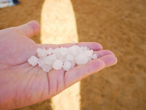 イスラエルの死海(エン・ボケック・ビーチ)の海底に沈む塩の結晶