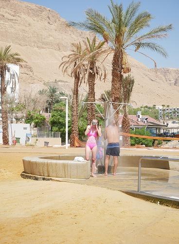 イスラエルの死海(エン・ボケック・ビーチ)のシャワー