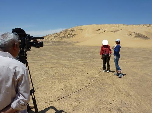 エジプトの砂漠で奥さんがナイルTVの取材を受ける