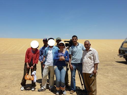 エジプトの砂漠でナイルTVの取材を受けた後の集合図
