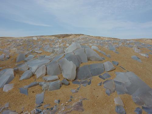 エジプト西方砂漠の地表から露出する水晶