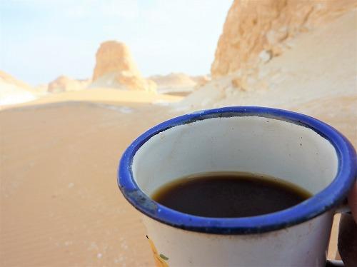 エジプト西方砂漠で飲むミントティー