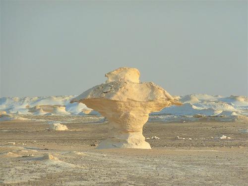 エジプト西方砂漠の白砂漠のコマのような岩