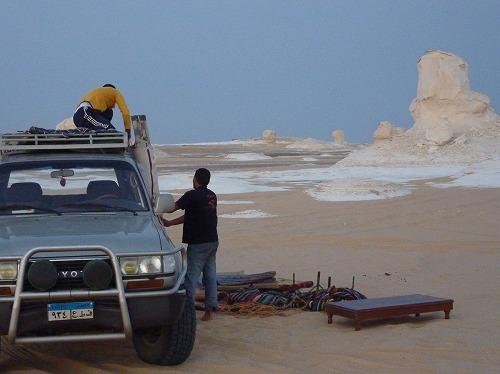 エジプト西方砂漠の白砂漠でのキャンプ準備