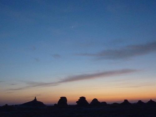 エジプト西方砂漠の白砂漠の夕暮れ