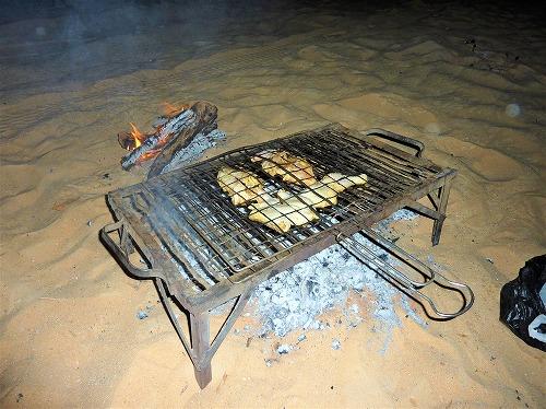 エジプト西方砂漠の白砂漠で調理される鶏肉