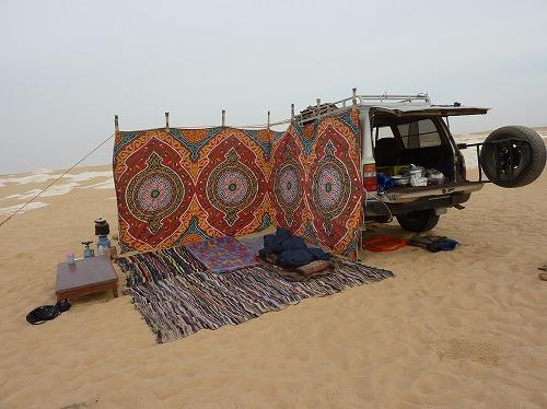 エジプト西方砂漠の白砂漠でのキャンプ