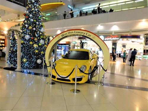 UAEドバイ空港の宝くじ売り場近くに展示されている高級車