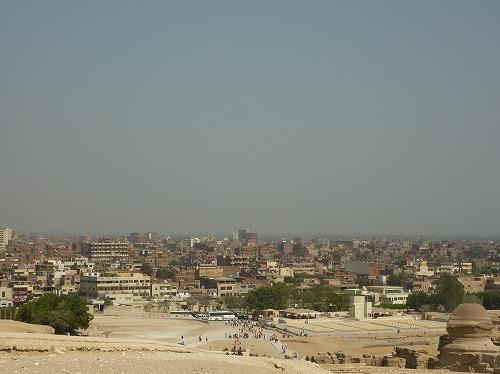エジプト・ギザのピラミッドから街を眺める