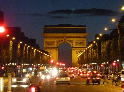 フランスのパリのシャンゼリゼ通りから見たエトワール凱旋門