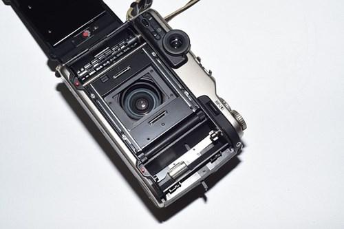 フィルムカメラの裏面を開く