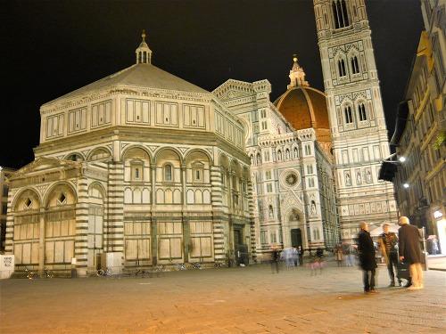 イタリア・フィレンツェのライトアップされたサン・ジョヴァンニ洗礼堂とジョットの鐘楼