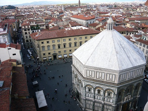 イタリア・フィレンツェのジョットの鐘楼から見たサン・ジョヴァンニ洗礼堂