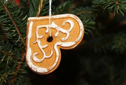 クリスマスツリーにつるされるジンジャ-クッキー