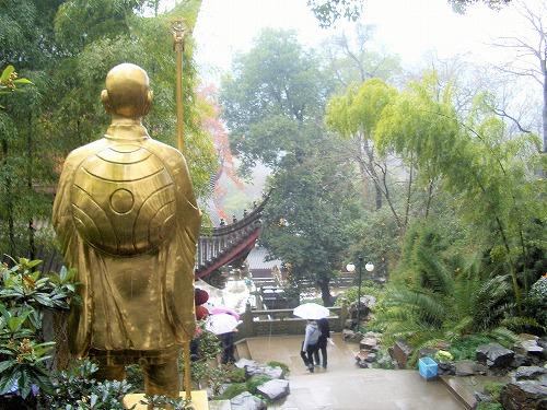 上海・杭州にある霊隠寺の空海像(後ろ姿)
