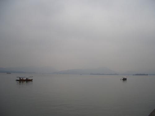 上海・杭州にある西湖(曇りの日)