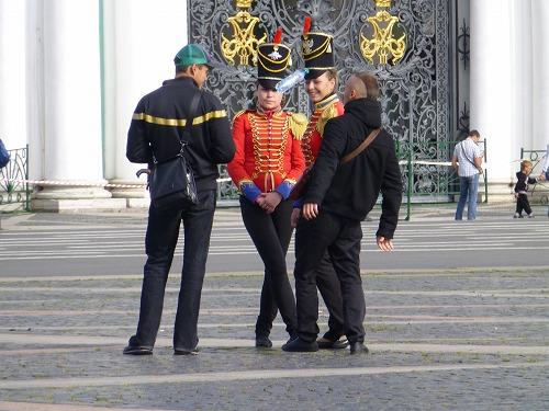 ロシア・サンクトペテルブルクの宮殿広場の軍服を着た女性