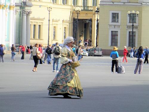 ロシア・サンクトペテルブルクの宮殿広場の貴婦人
