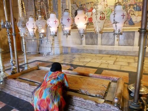 エルサレム(イスラエル)の聖墳墓教会内の香油を注がれた石