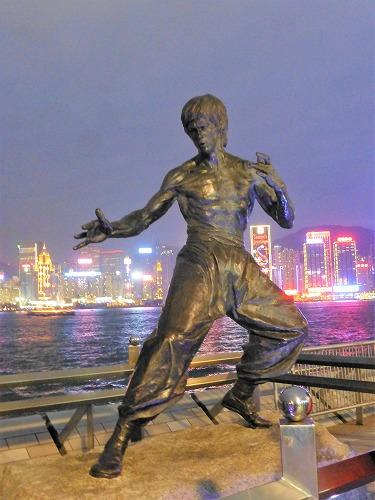 香港のアベニュー・オブ・スターズのブルース・リー像(夜)