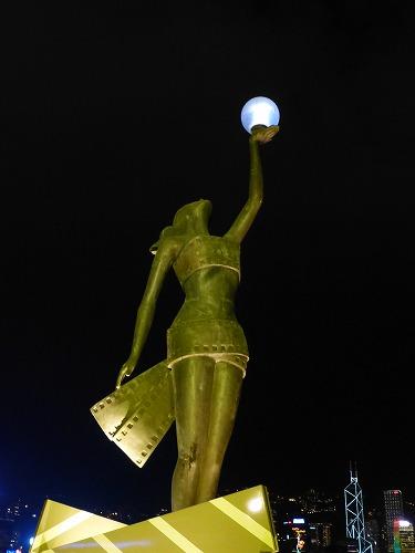香港のアベニュー・オブ・スターズの像(夜)