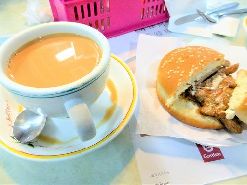 香港の蘭芳園のミルクティーとポークバーガー