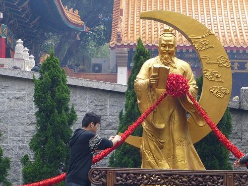香港の黄大仙祠の月下老人像