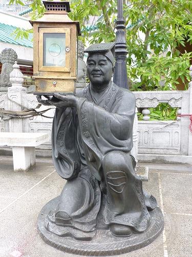香港にある黄大仙のランタンを持つ男の像