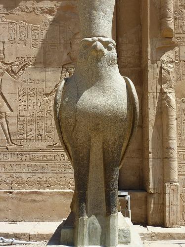 エジプトのエドフにあるホルス神殿入口のホルス像