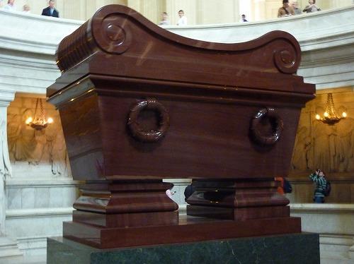 フランス・パリにあるアンヴァリッドのドーム教会地下にあるナポレオンの棺